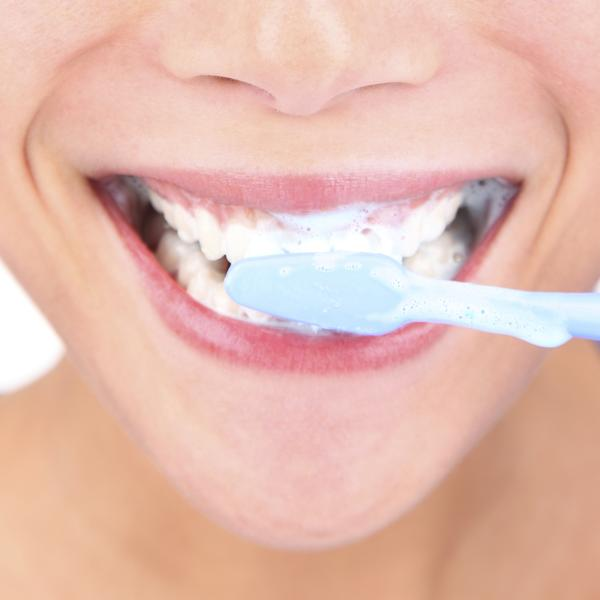 how to stop bleeding in the mouth after tooth extraction